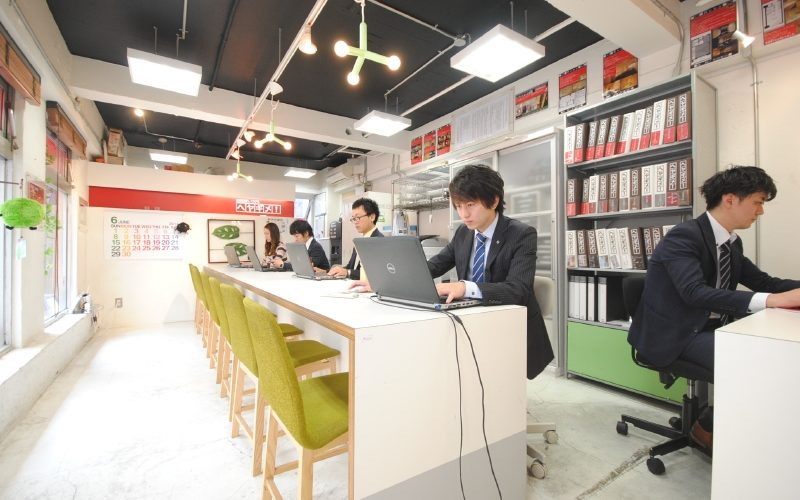 This image portrays a typical real estate agency in Japan, by the looks of the image, this is a real estate agency which specializes in rentals.
